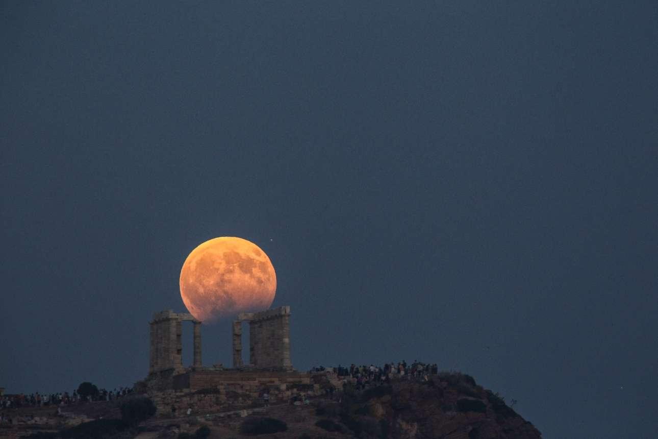 7 Αυγούστου. Μία μαγική εικόνα από την αυγουστιάτικη πανσέληνο μαζί με την μερική έκλειψη σελήνης, πάνω από το Σούνιο