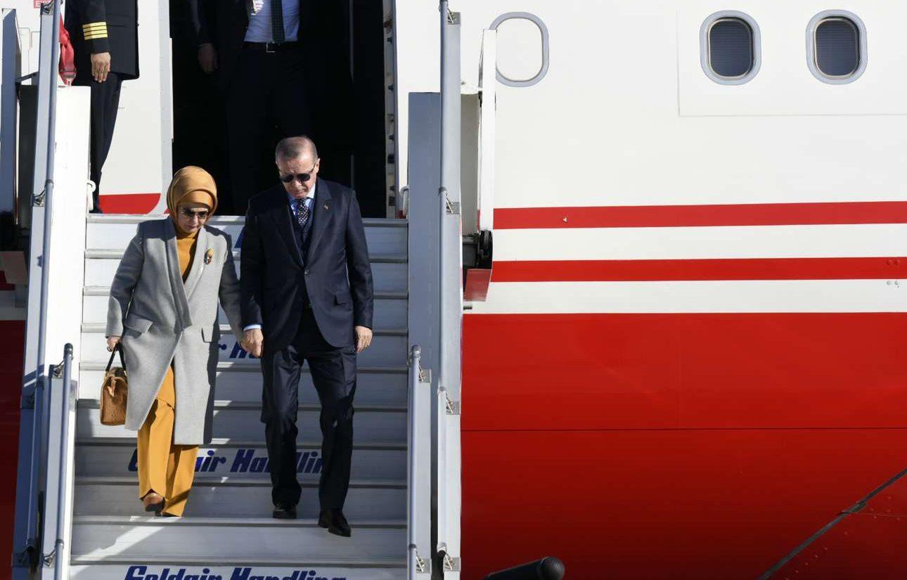 O Ερντογάν και η Εμινέ αποβιβάζονται. Το προεδρικό αεροσκάφος αφίχθη με δέκα λεπτά καθυστέρηση