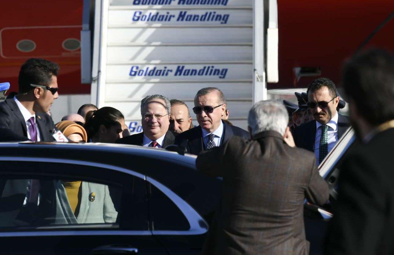 O Ερντογάν συνοδεύεται στο προεδρικό όχημα από τον υπ. Εξωτερικών Νίκο Κοτζιά