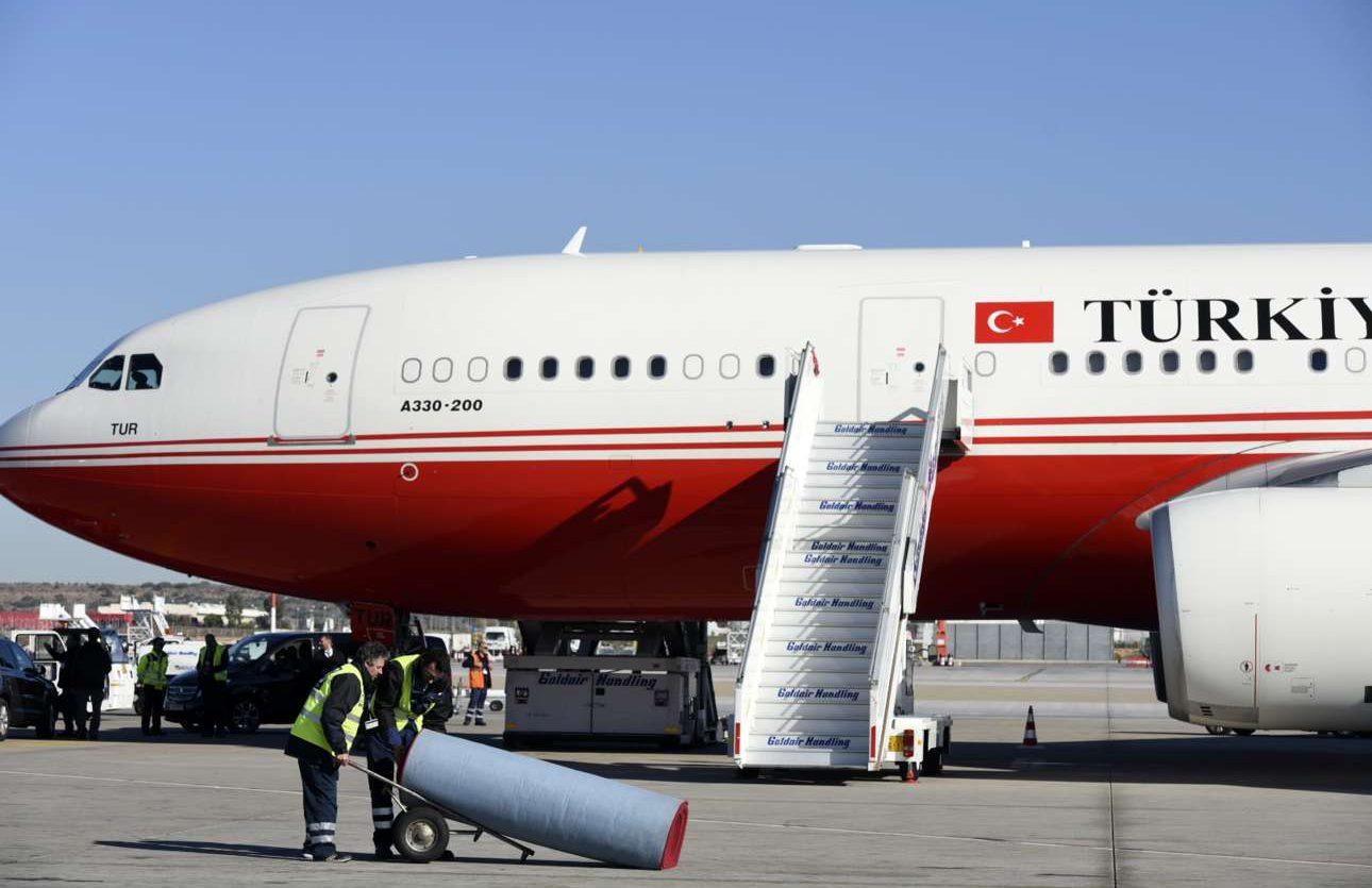 To κόκκινο χαλί στρώθηκε αφού στάθμευσε το αεροπλάνο του Ερντογάν. Προφανώς για να αποφευχθούν οι γκάφες που είχαν συμβεί με το Air Force One