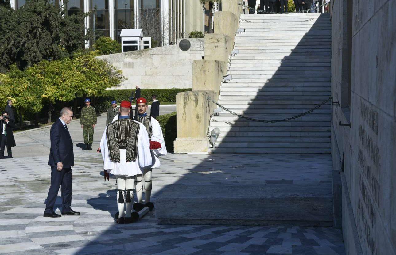 Ο Ερντογάν καταθέτει στεφάνι στο Μνημείο του Αγνωστου Στρατιώτη στο Σύνταγμα.