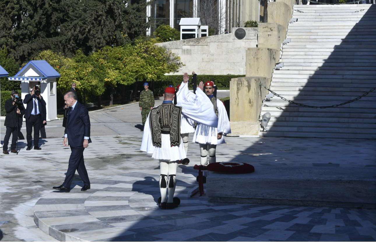 ... και αποχωρεί από το Μνημείο αφού έχει καταθέσει το στεφάνι