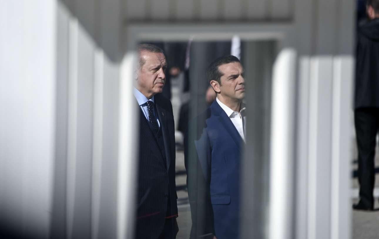 Τσίπρας και Ερντογάν διακρίνονται πίσω από το φυλάκιο στο Μνημείο του Αγνωστου Στρατιώτη στο Σύνταγμα