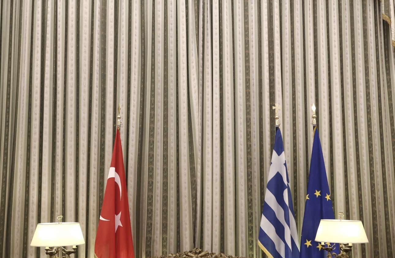 Οι σημαίες της Τουρκίας, της Ελλάδος και της Ευρωπαϊκής Ενωσης στο Προεδρικό