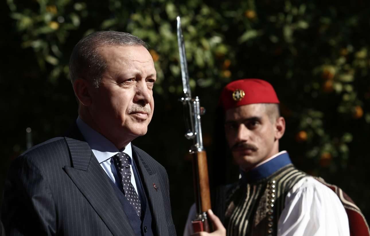 O Ταγίπ Ερντογάν βαδίζει στο κόκκινο χαλί υπό το χαρακτηριστικό βλέμμα του εύζωνα