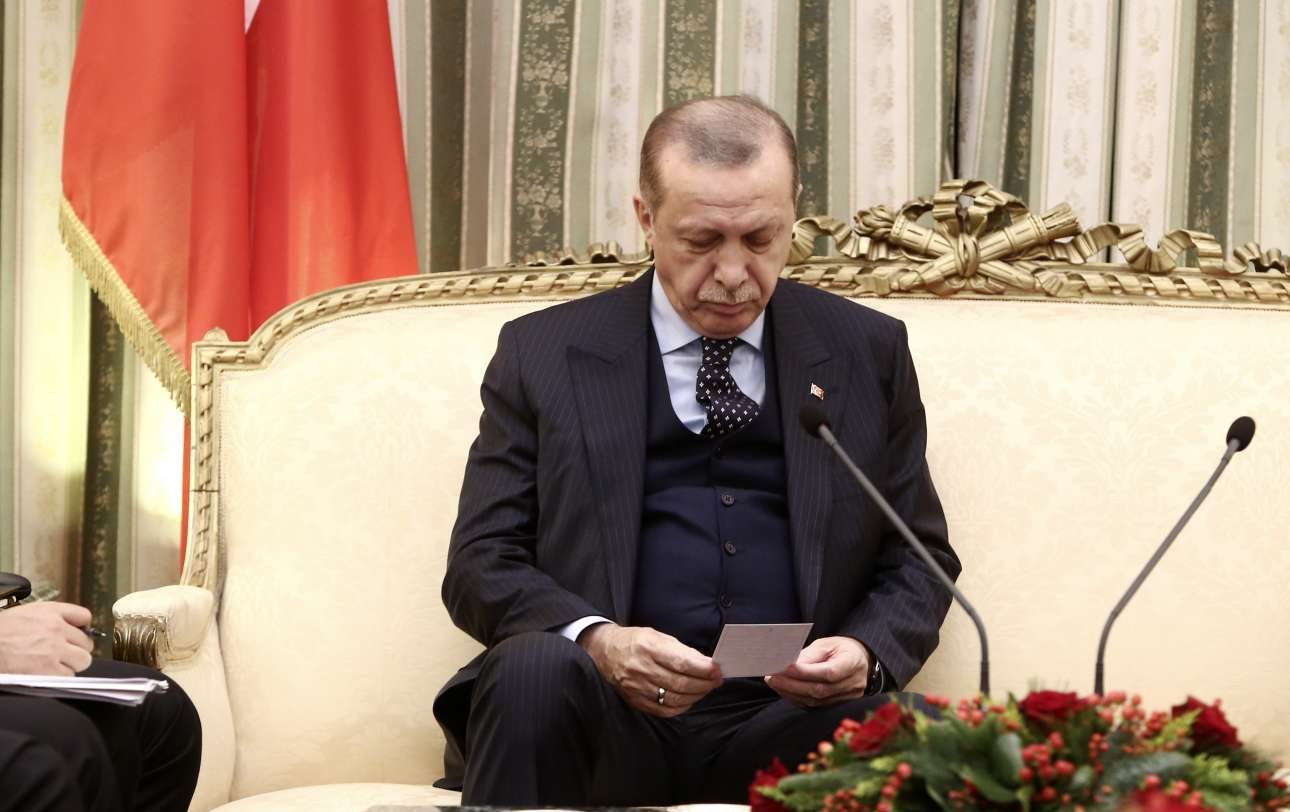 O Ταγίπ Ερντογάν διαβάζει σημείωμα που του έδωσε ο Μεβλούτ Τσαβούσογλου για να «απαντήσει» στον Προκόπη Παυλόπουλο
