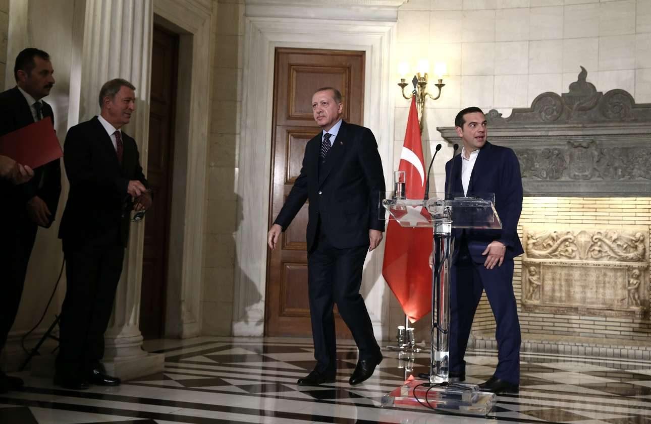 Ερντογάν και Τσίπρας αποχωρούν από την αίθουσα του Μαξίμου όπου έδωσαν συνέντευξη Τύπου