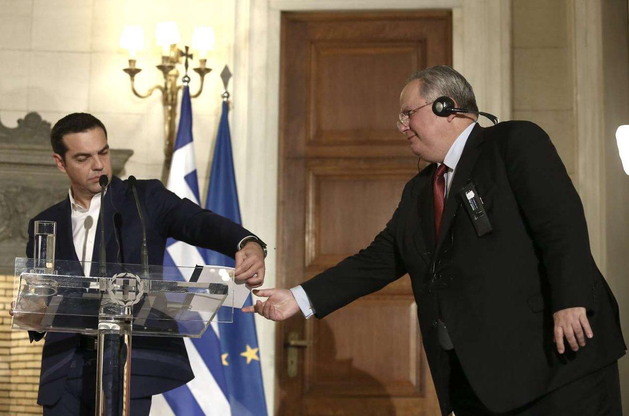 O Nίκος Κοτζιάς ενημερώνει τον Αλ. Τσίπρα την ώρα των κοινών δηλώσεών του με τον Ταγίπ Ερντογάν στο Μαξίμου