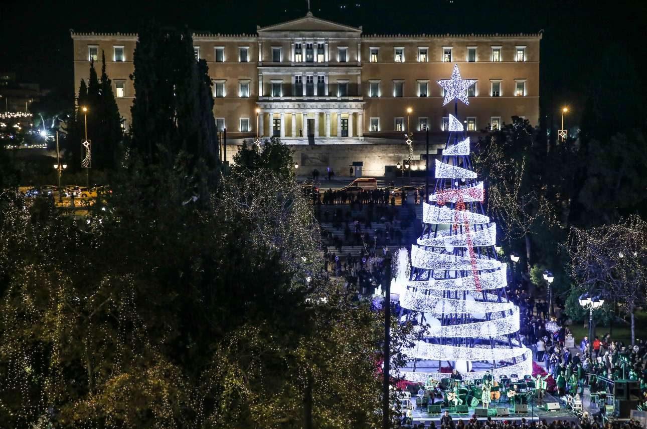 Το χριστουγεννιάτικο δέντρο φτιαγμένο από εκατοντάδες φωτάκια που κοσμεί την πλατεία Συντάγματος