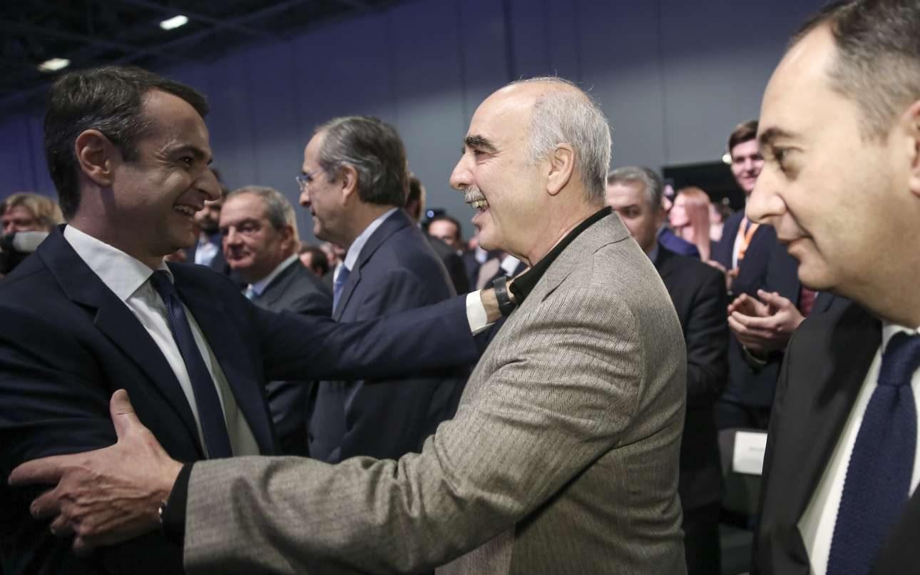 Οι δύο πρώην αντίπαλοι, Κυριάκος Μητσοτάκης και Βαγγέλης Μεϊμαράκης λίγο πριν από την έναρξη του συνεδρίου. Σε δεύτερο πλάνο διακρίνεται ο Κώστας Καραμανλής και ο Αντώνης Σαμαράς