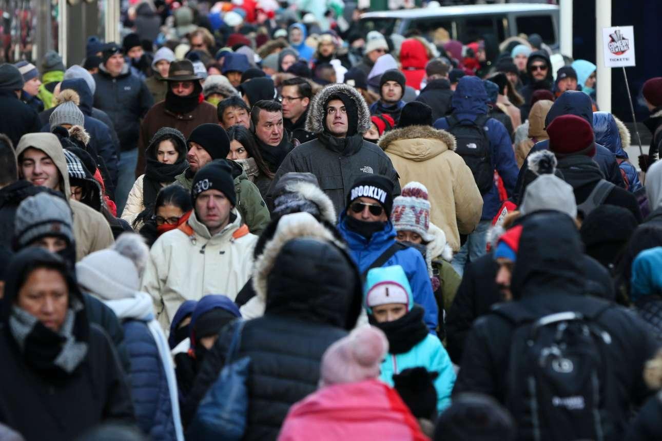 Το πλήθος στους δρόμους της Νέας Υόρκης προσπαθεί να αντιμετωπίσει το κρύο REUTERS/ Amr Alfiky)