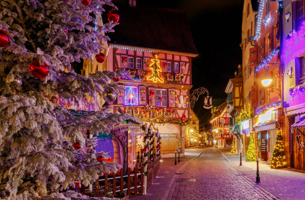 Κολμάρ /  H γαλλική Κολμάρ φιγουράρει στη δεύτερη θέση της προτίμησης του κοινού. Από τις 24 Νοεμβρίου μέχρι τις 30 Δεκεμβρίου, η όμορφη πόλη του Άνω Ρήνου με τα γραφικά σοκάκια και τα ξύλινα σπίτια ταξιδεύει τον επισκέπτη στην ιστορική της κληρονομιά, την αρχιτεκτονική και την γαστρονομία, συνδυάζοντας τις ιδιαίτερες χριστουγεννιάτικες γεύσεις με τα φημισμένα αλσατικά κρασιά της.