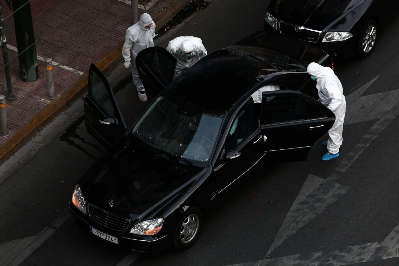 25 Μαΐου. Η Αντιτρομοκρατική ερευνά το αυτοκίνητο του Λουκά Παπαδήμου μετά την έκρηξη δέματος, η οποία τραυμάτισε σοβαρά τον πρώην πρωθυπουργό