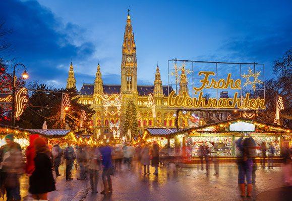 Βιέννη / Η αυτοκρατορική Βιέννη φέτος καταλαμβάνει την τρίτη θέση στην εορταστική κατάταξη. Από τις 13 Νοεμβρίου μέχρι τις 23 Δεκεμβρίου όλη η αυστριακή πρωτεύουσα μεταμορφώνεται σε μια γιγάντια χριστουγεννιάτικη αγορά με κεντρικό σημείο αναφοράς την πλατεία μπροστά από το γοτθικό Rathaus ή αλλιώς το δημαρχείο της πόλης. Εκεί, μπροστά από το επιβλητικό κτίριο, απλώνεται το καθιερωμένο παγοδρόμιο και το χωριουδάκι από ξύλινα περίπτερα, όπου πέρα από τις παραδοσιακές λιχουδιές και τις αμέτρητες ιδέες για στολισμούς και δώρα, οι επισκέπτες μπορούν να απολαύσουν μια κούπα gluehwein – το ζεστό κρασί με κανέλα και γλυκάνισο που υπόσχεται να τους ζεστάνει παρά τις χαμηλές θερμοκρασίες.