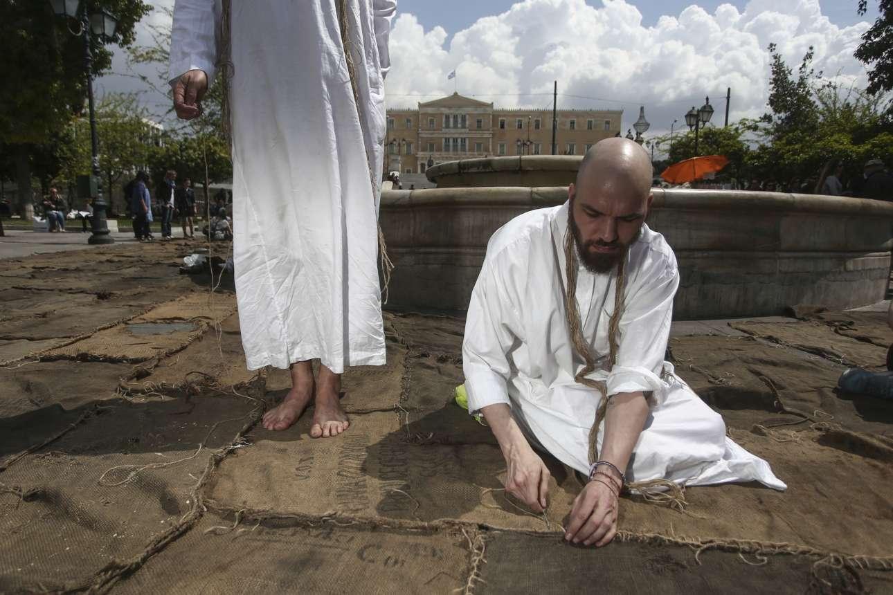 7 Απριλίου. Η εγκατάσταση του καλλιτέχνη Ιμπραήμ Μαχάμα στη πλατεία Συντάγματος, στα πλαίσια της έκθεσης documenta 14