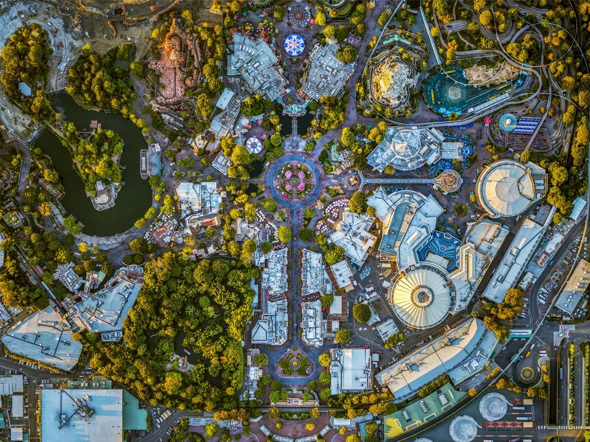 O παραμυθένιος κόσμος της Disneyland στο Αναχαϊμ της Καλιφόρνια. Το αγαπημένο θεματικό πάρκο είναι ο μοναδικός ιδιωτικός φορέας στις ΗΠΑ που έχει Ζώνη Απαγόρευσης Πτήσεων. Ωστόσο η απαγόρευση ισχύει σε ακτίνα ενός χιλιομέτρου, οπότε ο Μάιλστιν ανέβηκε με το ελικόπτερο ψηλότερα και χρησιμοποιώντας διαφορετικό φακό κατάφερε να βγάλει τη φωτογραφία που ήθελε