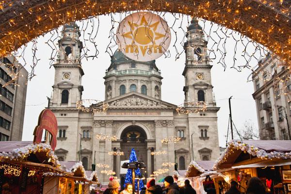 Βουδαπέστη / Από τις πλέον αγαπημένες εορταστικές αγορές, η αγορά Advent Feast στην Βασιλική του Αγίου Στεφάνου της Βουδαπέστης, στην Ουγγαρία, ξεδιπλώνει τη μαγεία των Χριστουγέννων από τις 24 Νοεμβρίου μέχρι την 1η Ιανουαρίου. Σύμφωνα με τους διοργανωτές μάλιστα, ακόμα και ο Αγιος Βασίλης περνάει μια βόλτα από την συγκεκριμένη αγορά προκειμένου να προμηθευτεί τα απαραίτητα για τη νύχτα των Χριστουγέννων. Συνδυάζοντας την παράδοση με την τεχνολογία, οι υπεύθυνοι δημιούργησαν μια φαντασμαγορική παράσταση με φώτα που προβάλλονται απευθείας στην πρόσοψη του ναού, την οποία οι θεατές παρακολουθούν φορώντας γυαλιά 3D.