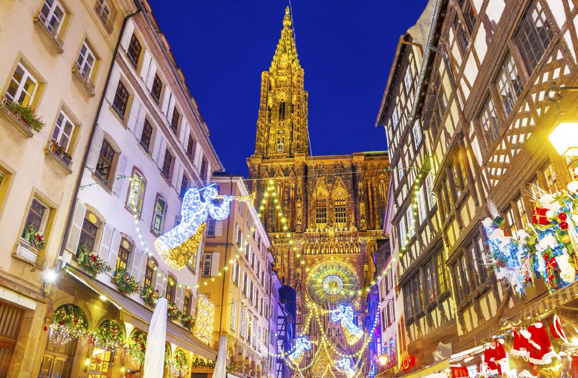 Στρασβούργο / Με τον εντυπωσιακό στολισμό της και τα μοναδικά, πολύχρωμα φωτάκια της η πόλη του Στρασβούργου στη Γαλλία, δεν έχει χαρακτηριστεί τυχαία «Πρωτεύουσα των Χριστουγέννων». Κάθε χρόνο η μεγαλύτερη και παλαιότερη χριστουγεννιάτικη αγορά της χώρας, από τις 25 Νοεμβρίου μέχρι τις 31 Δεκεμβρίου απλώνει την εορταστική της πραμάτεια μπροστά από τον Καθεδρικό Ναό της πόλης.  Περισσότερα από 200 ξύλινα σαλέ προσφέρουν παραδοσιακά εδέσματα της Αλσατίας δημιουργώντας μια ζεστή, οικογενειακή ατμόσφαιρα στους επισκέπτες, οι οποίοι υπολογίζεται ότι μόνο κατά την περίοδο των γιορτών αγγίζουν τα δύο εκατομμύρια.