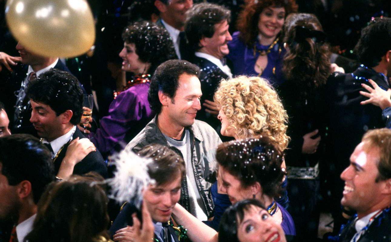 Ολα του κλισέ του happy end σε μια σκηνή, στο «When Harry Met Sally» (1989) του Ρομπ Ράινερ: πάρτι παραμονής Πρωτοχρονιάς κάπου στο Μανχάταν και τελικά ο Χάρι (Μπίλι Κρίσταλ) φιλάει την Σάλι (Μεγκ Ράιαν)