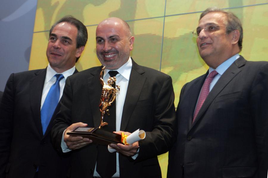 Ο Γιώργος Κορρές (κέντρο) με το βραβείο του «Νέου Επιχειρηματία» για το 2009. Δεξιά του ο τότε υπουργός Οικονομικών Γιάννης Παπαθανασίου και αριστερά του ο πρόεδρος του ΕΒΕΑ Κωνσταντίνος Μίχαλος (ΑΠΕ-ΜΠΕ/ΜΑΡΓΑΡΙΤΑ ΚΙΑΟΥ)
