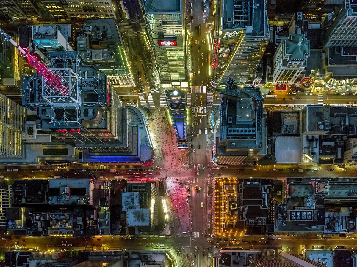 Η διάσημη πλατεία Τάιμς Σκουέαρ σε μία εντυπωσιακή λήψη. «Το χρώμα στους δρόμους αλλάζει συνεχώς αναλόγως με το τι δείχνουν οι διαφημιστικές γιγαντοθόνες» εξηγεί ο Μάιλστιν