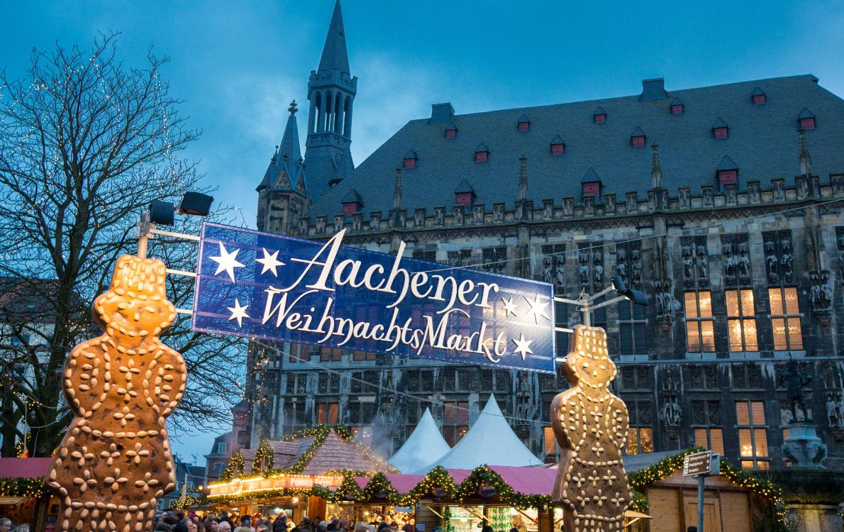 Άαχεν / Η φημισμένη χριστουγεννιάτικη αγορά του Άαχεν, στη Γερμανία, δεν θα μπορούσε να λείπει από την εορταστική κατάταξη. Στις 24 Νοεμβρίου η Πόλη των Χριστουγέννων  ζωντανεύει για να υποδεχτεί περίπου 1,5 εκατ. επισκέπτες. Η παράδοση της συγκεκριμένης αγοράς ξεκίνησε τη δεκαετία του ΄70, όταν αρχικά στηνόταν γύρω από το συντριβάνι Ελίζα. Στην πορεία μεταφέρθηκε στην κεντρική Πλατεία της Αγοράς, Marktplatz, όπου μέχρι τις 23 Δεκεμβρίου ο κόσμος μπορεί να κάνει τις χριστουγεννιάτικες αγορές του και να γευτεί παραδοσιακά πιάτα εποχής.