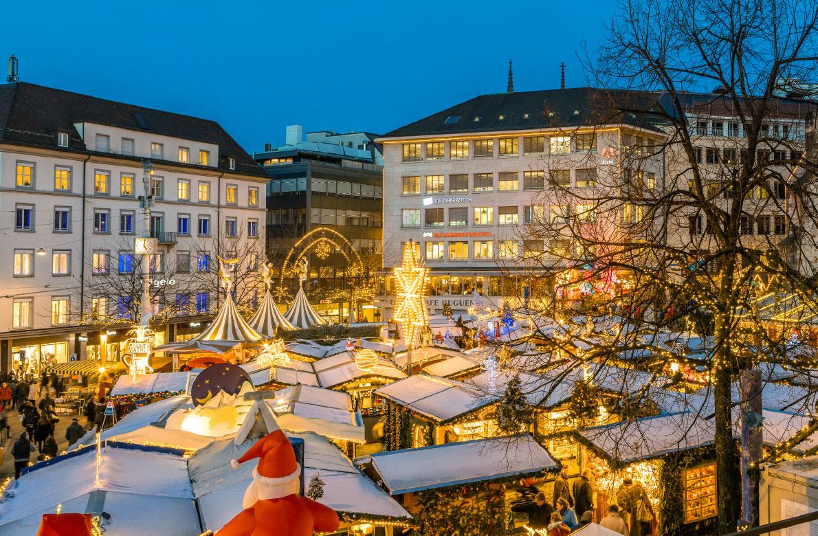 Βασιλεία /  Από τις 23 Νοεμβρίου και για έναν μήνα, η Βασιλεία, την οποία οι Ελβετοί χαρακτηρίζουν Πόλη των Χριστουγέννων πλημμυρίζει φως και κόσμο που επιθυμεί να ζήσει το χριστουγεννιάτικο παραμύθι. Με παράδοση 40 ετών στην όλη διοργάνωση, η τρίτη μεγαλύτερη πόλη μετά τη Ζυρίχη και την Γενεύη, κάθε χρόνο ορθώνει το πανύψηλο δέντρο της στην κεντρική πλατεία Muensterplatz, τον στολισμό του οποίου επιμελείται ο φημισμένος ελβετός διακοσμητής με ειδίκευση στα χριστουγεννιάτικα στολίδια, Γιόχαν Βάνερ. Τα μικρά σαλέ της χριστουγεννιάτικης αγοράς, πέρα από ιδέες για δώρα, προσφέρουν στους επισκέπτες μεγάλη ποικιλία από τοπικές λιχουδιές.