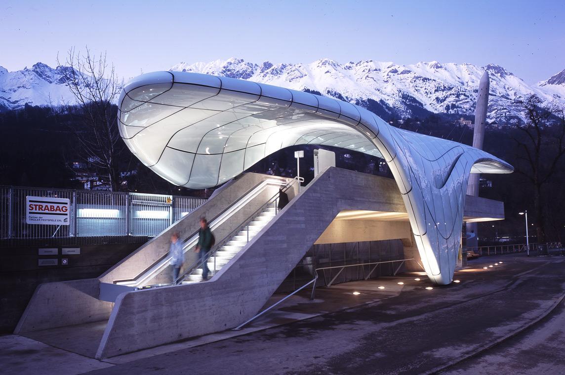 O Nordpark Cable Railway στο κοσμικό Ίνσμπρουκ της Αυστρίας είναι δημιούργημα της θρυλικής και πρόωρα χαμένης Ζάχα Χαντίντ. Το σχέδιο που επιμελήθηκε το γραφείο της θρυλικής ιρανοβρετανής αρχιτεκτόνισας, αφορούσε την κατασκευή τεσσάρων σταθμών, κατά μήκος της διαδρομής του τελεφερίκ που καταλήγει στις οροσειρές του Ίνσμπρουκ. Το φουτουριστικό, αδιαμφισβήτητα, έργο ολοκληρώθηκε το 2007