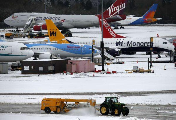 Αεροπλάνα στο έδαφος, λόγω χιονοπτώσεων (REUTERS/Phil Noble)