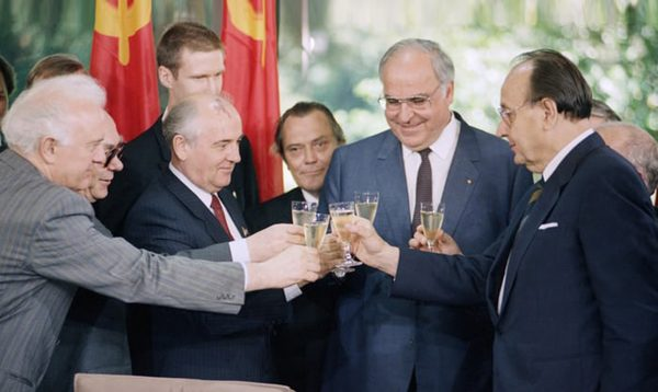 Eduard Shevardnadze, Mikhail Gorbachev, Helmut Kohl and Hans-Dietrich Genscher - after signing a joint declaration of friendship and cooperation in Bonn, 1989