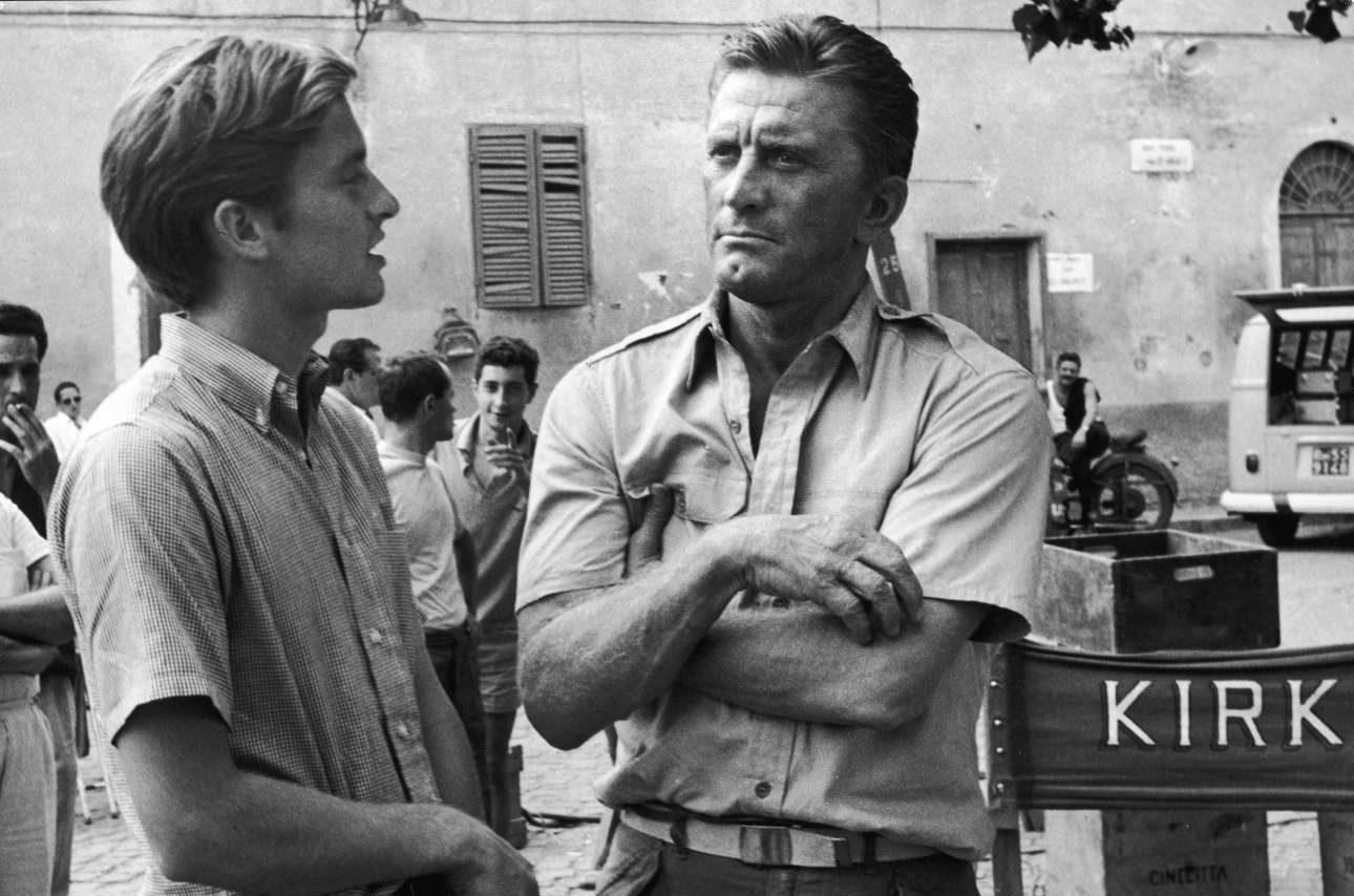 O Κερκ Ντάγκλας μιλάει με τον γιο του Μάικλ σε διάλειμμα των γυρισμάτων του «Cast a Giant Shadow», στη Ρώμη το 1965