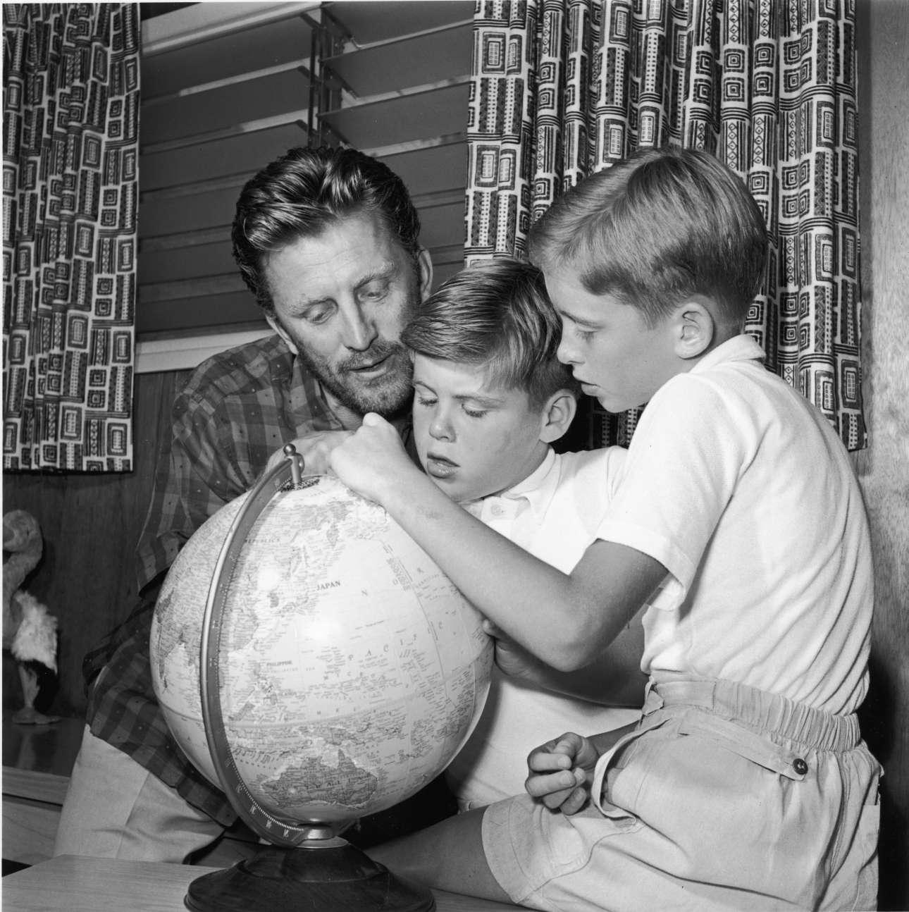 Το 1956, ο Κερκ Ντάγκλας περιγράφει τα ταξίδια του στους γιους του, τον Τζόελ και τον εικονιζόμενο δεξιά Μάικλ Ντάγκλας