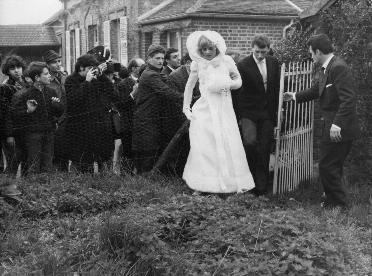 Απρίλιος 1965. Ο Χαλιντέι και η τραγουδίστρια Σιλβί Βαρτάν παντρεύονται στο χωριό Λοκονβίλ και μόλις που καταφέρνουν να γλιτώσουν από τα πλήθη των θαυμαστών