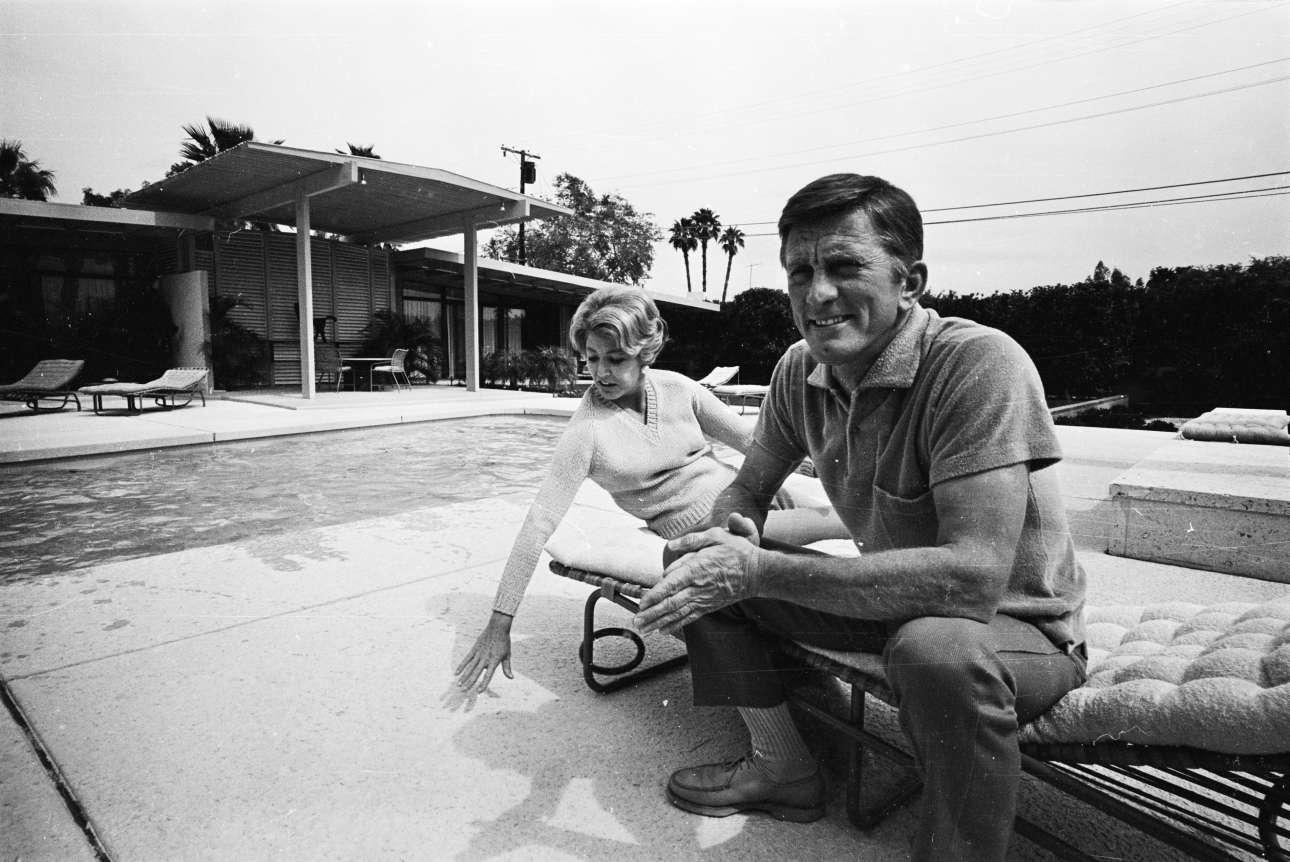 Με τη δεύτερη σύζυγό του Αν στο σπίτι τους, το 1966. Ο Ντάγκλας είναι 50 ετών