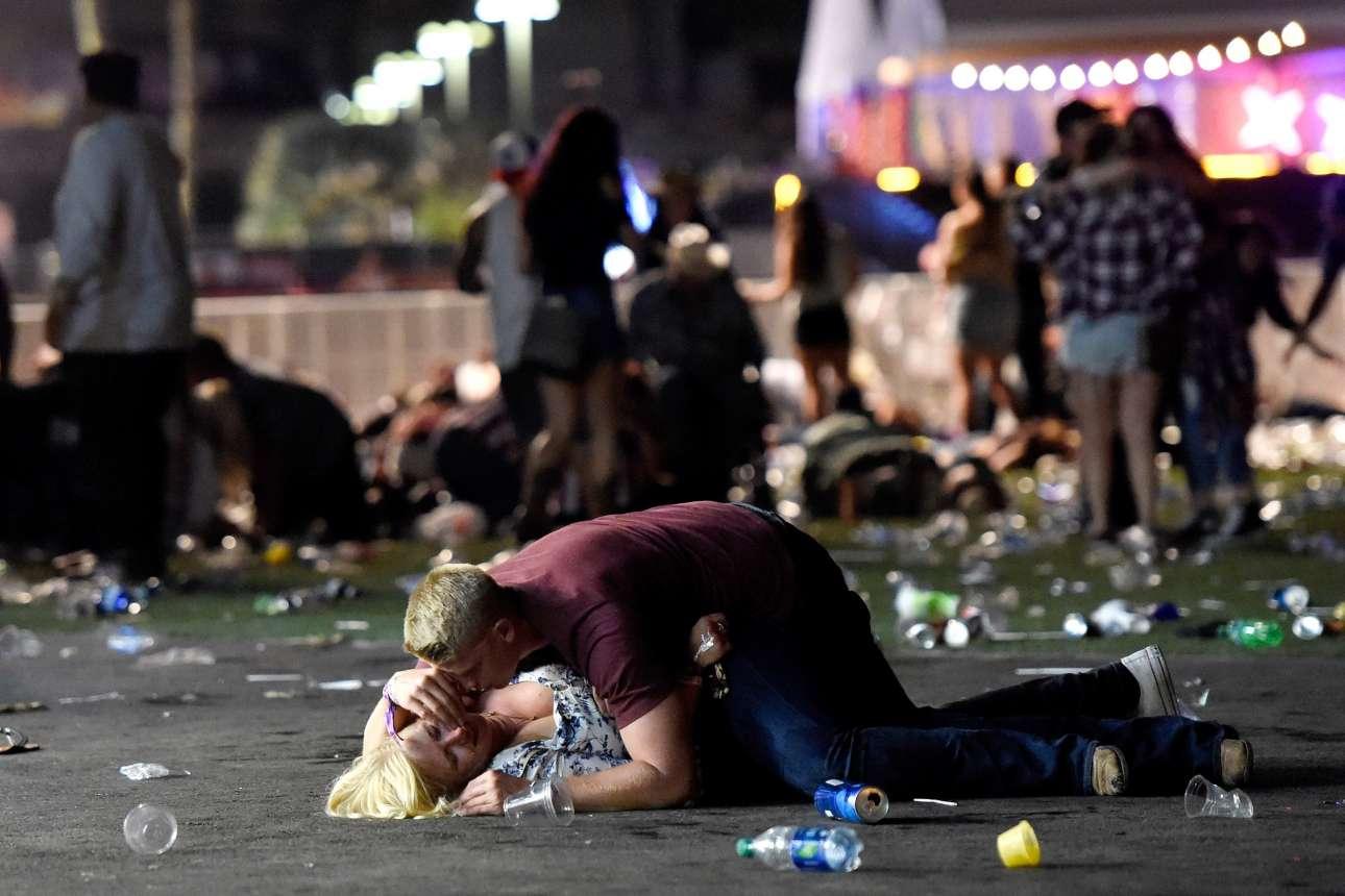 1 Οκτωβρίου. Νεαρός ξαπλώνει πάνω σε μία γυναίκα που δείχνει να έχει τραυματιστεί σοβαρά, σε μία φωτογραφία που έγινε σύμβολο της φρίκης στην πιο αιματηρή μαζική επίθεση στην ιστορία των ΗΠΑ, σε συναυλία στο Λας Βέγκας
