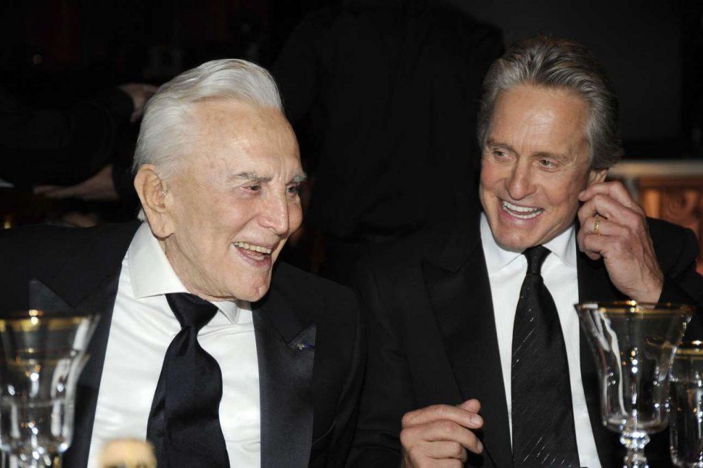 Πατέρας και γιος σε ένα χαρούμενο και χαλαρό στιγμιότυπο, στη βράβευση του Μάικλ Ντάγκλας με το βραβείο Lifetime Achievement το 2009
