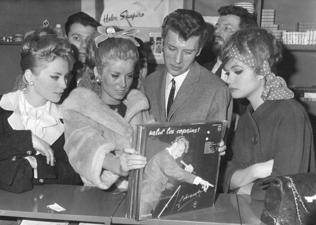 Χειμώνας 1962. Με την Κατρίν Ντενέβ -και άλλες θαυμάστριες- σε δισκοπωλείο στο Παρίσι