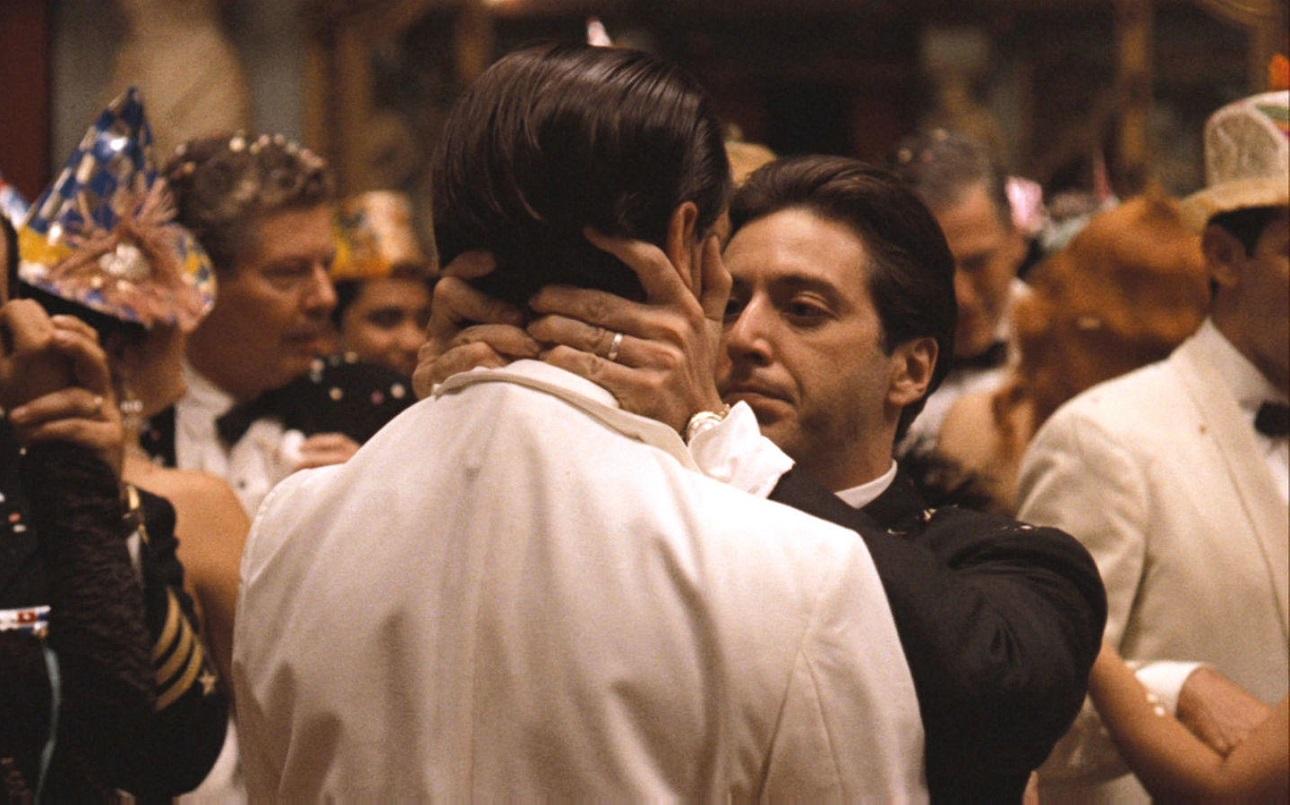 Αν βρεθείτε σε πάρτι παραμονής Πρωτοχρονιάς με τον Μάικλ Κορλεόνε βεβαιωθείτε ότι δεν θα σας μπερδέψει με τον Φρέντο. Πρωτοχρονιά 1959, Αβάνα στο «Νονός ΙΙ» του Κόπολα. Η Κούβα του Μπατίστα καταρρέει, όπως και η σχέση των δύο αδελφών. «I know it was you Fredo, You Broke my Heart», λέει ο Αλ Πατσίνο στον Τζον Καζάλ