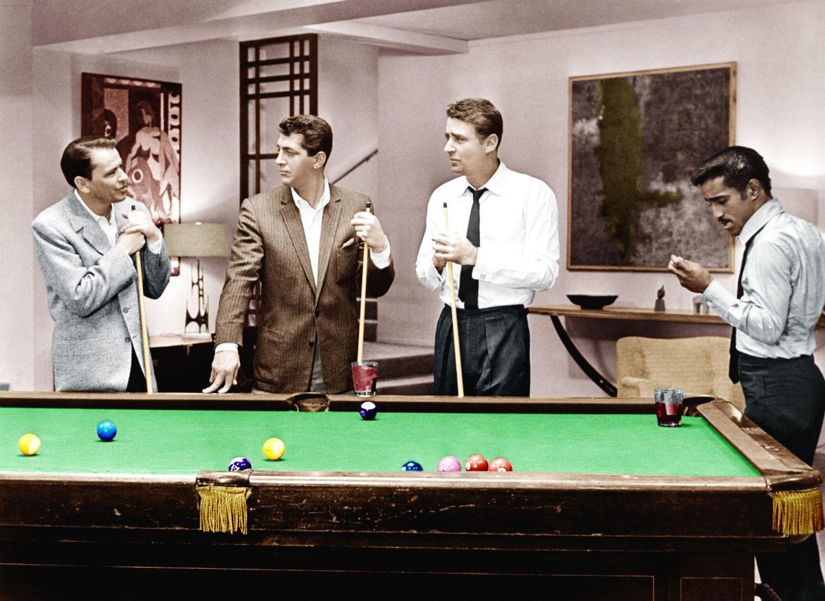 Πότε είναι η καλύτερη στιγμή για να ληστέψεις πέντε καζίνο στο Λας Βέγκας; Η 31η Δεκεμβρίου. Οι Σινάτρα, Ντιν Μάρτιν, Πίτερ Λόφορντ και Σάμι Ντέιβις Τζούνιορ είναι τέσσερις από τους αρχικούς «Ocean's 11» (1960) του Λιούις Μάιλστοουν