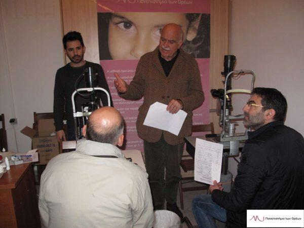 Οι οφθαλμίατροι εξετάζουν κρατούμενους, σε μια προηγούμενη δράση του Πανεπιστημίου
