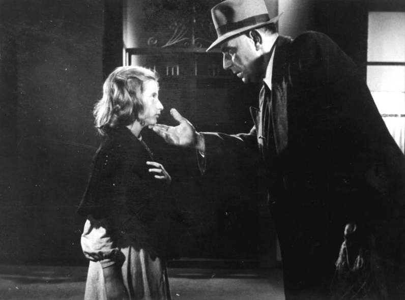 Τι κάνεις αν είσαι πάμφτωχη ορφανή και έχεις μια κάλπικη λίρα που κανείς δεν στη «χαλάει»; Ανοίγεις τη μεγάλη τελικά καρδιά του Ορέστη Μακρή στην «Κάλπικη Λίρα» (1955) του Γιώργου Τζαβέλα. Η μικρή Φανίτσα και ο κύριος Βασίλης, παραμονή Πρωτοχρονιάς, στην τρίτη ιστορία της υπέροχης αυτής ελληνικής ταινίας
