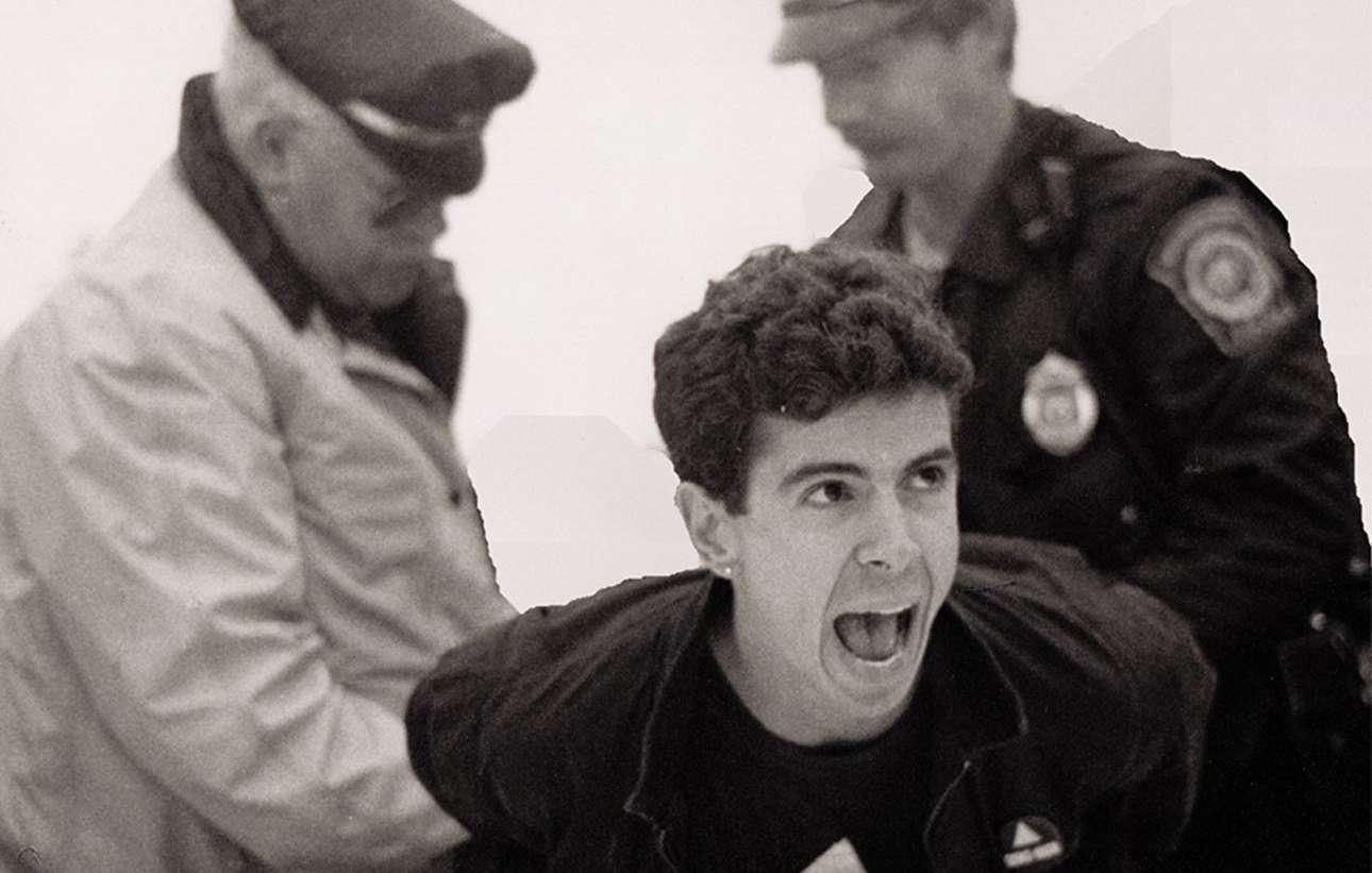 Στιγμιότυπο από το ντοκιμαντέρ «How to Survive a Plague» (2012) του Ντέιβιντ Φρανς. Η ταινία περιγράφει τις προσπάθειες ακτιβιστικών οργανώσεων να ευαισθητοποιήσουν την κοινή γνώμη στις αρχές της επιδημίας το 1980