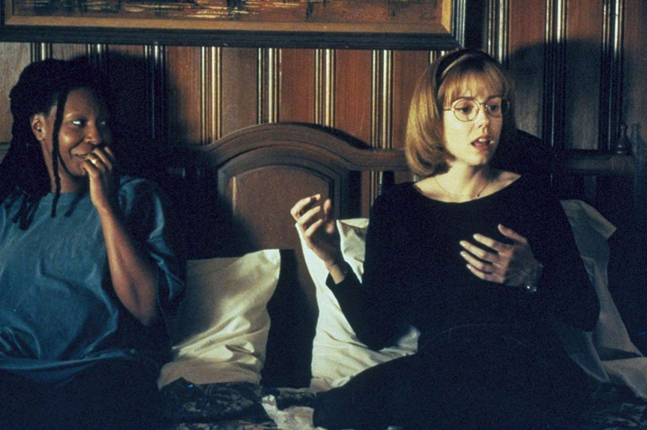 H Γούπι Γκόλντμπεργκ και η Μέρι-Λουίζ Πάρκερ στο «Boys on the Side» (1995) του Χέρμπερτ Ρος. Η Πάρκερ υποδύεται μια κοπέλα που είναι φορέας του HIV