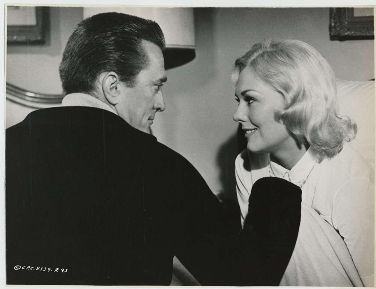 Απιστος σύζυγος και αρχιτέκτονας, δίπλα στην αισθησιακή Κιμ Νόβακ, στην ταινία «Strangers When We Meet», 1960
