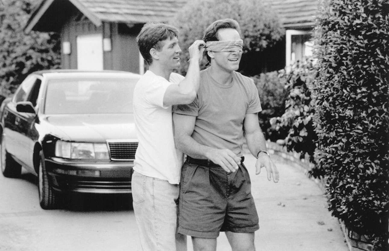 O Ερικ Ρόμπερτς με τον Γκρέγκορι Χάρισον στο «It's My Party» (1996) του Ράνταλ Κλάισερ. Ο Ρόμπερτς είναι αυτός που είναι θετικός στον HIV και η σχέση του με τον Χάρισον κλονίζεται
