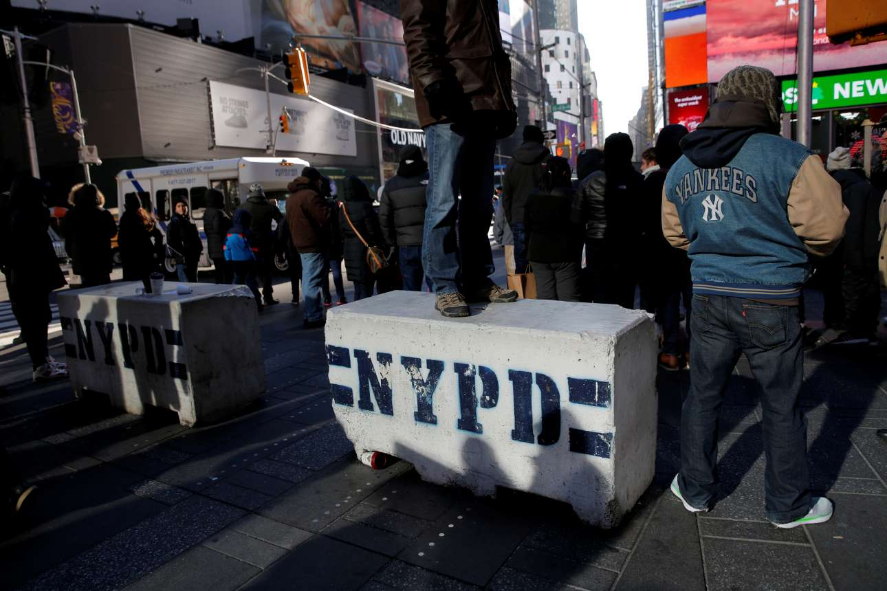 Οδοφράγματα της Αστυνομίας της Νέας Υόρκης στην Times Square, για τον φόβο τρομοκρατικού χτυπήματος REUTERS/ Andrew Kelly)