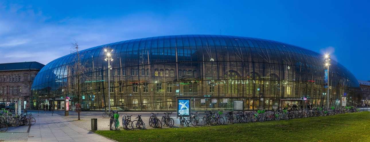 H οικοδόμηση του κεντρικού κτιρίου του σιδηροδρομικού σταθμού του Στρασβούργου ανάγεται στα τέλη του 19ου αιώνα. Αλλά από το 2007 περιβάλλεται από ένα καμπυλοειδές σκέπαστρο από ημιδιάφανο υλικό, η εγκατάσταση του οποίου είχε ως αποτέλεσμα τη δημιουργία ενός νέου σταθμού στον σταθμό, μεταξύ παλιού και νέου, παρελθόντος και παρόντος. Κύριος στόχος των αρχιτεκτόνων ήταν η προστασία του παλιού σταθμού καθώς έχει χαρακτηριστεί διατηρητέος