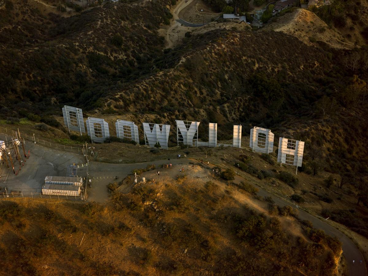 Η εμβληματική πινακίδα Χόλιγουντ στους λόφους πάνω από το Λος Άντζελες τραβηγμένη από μία ασυνήθιστη γωνία