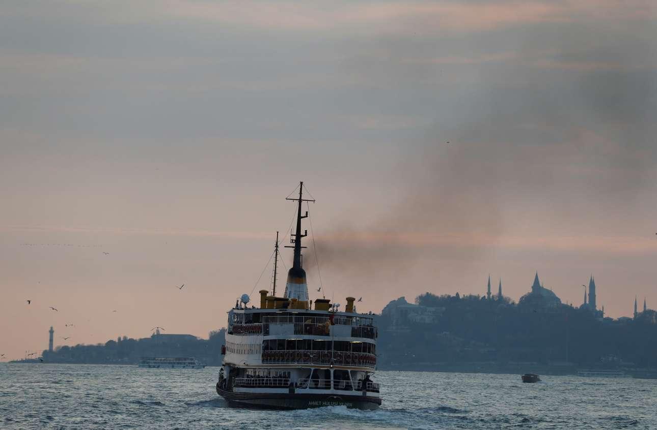 Πλοιάριο στο δειλινό του Βοσπόρου REUTERS/ Osman Orsal)