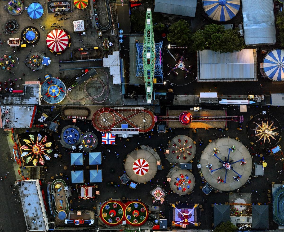 Ζωηρά χρώματα και νέον φώτα κάνουν το λούνα παρκ του Κόνι Αϊλαντ να ξεχωρίζει